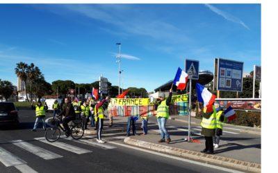« La France des Gilets jaunes » en tricolore au rond-point de Près d'Arène